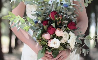 Une mariée et son bouquet